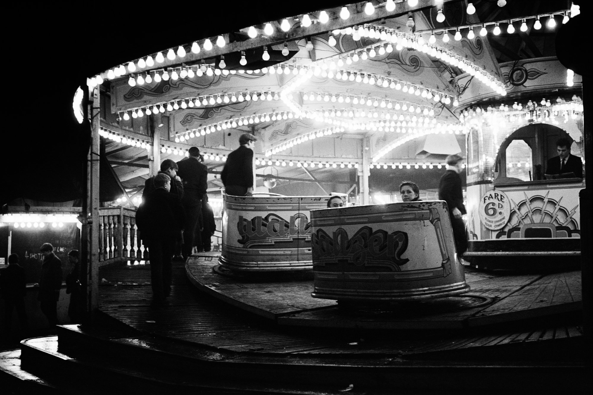 LONDON LIFE - Mighty Waltzer - Elephant and Castle - 1952