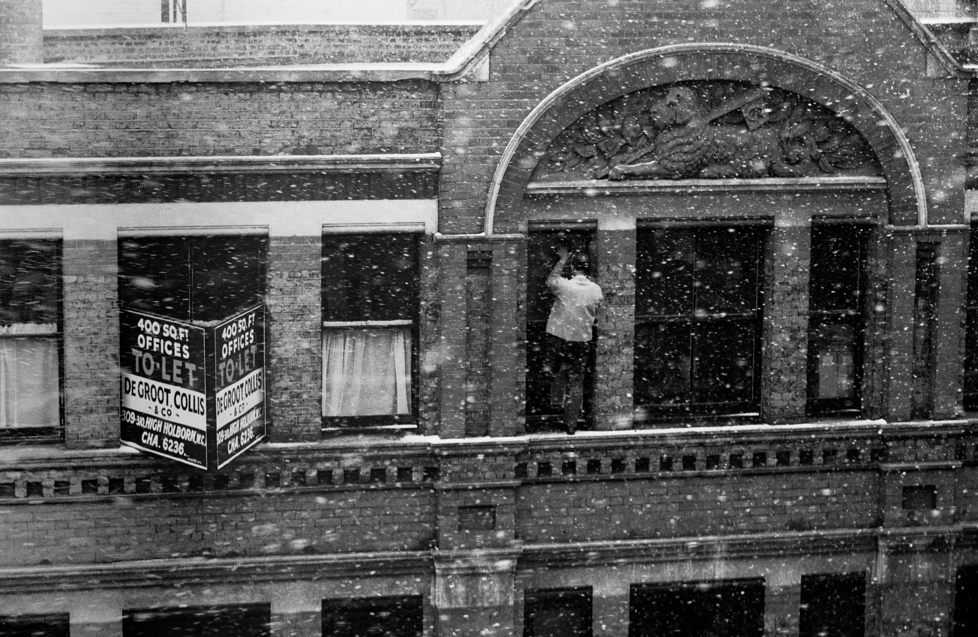 EARLY YEARS - Window Cleaner in the Snow - Clerkenwell - 1953